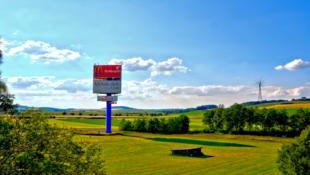 """""""Ich halte dich"""", sagt Gott. Das behauptet der Werbemast an der A7 beim Autohof Malsfeld. Hinter der Kampagne steht das »gott.net«. Foto: Schmidtkunz"""