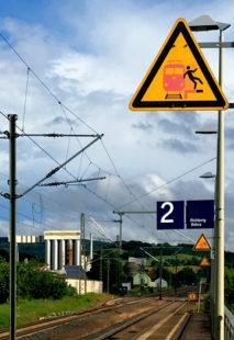 Schnell durchfahrende Züge sind eine Gefahr für Reisende, die zu dicht an der Bahnsteigkante stehen. Foto: Schmidtkunz