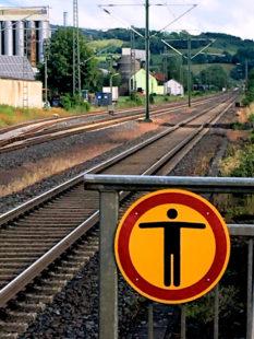 Weder zu dicht an der Bahnsteigkante stehen noch die Gleise überqueren, darauf muss die Bundespolizei immer wieder aufmerksam machen. Foto: Schmidtkunz