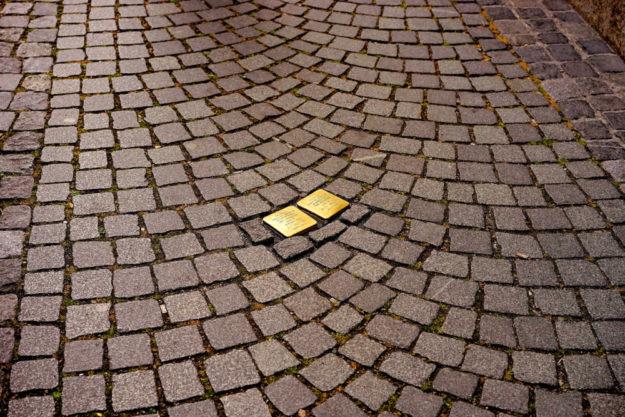 Neukirchen bekommt neue Stolpersteine zum Gedenken an Opfer des Nazi-Terrors.  Symbolfoto: Hans Braxmeier | Pixabay