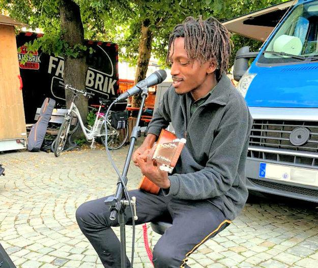 Live-Musik von Bob Sezibwa peppt den Flohmarkt-Rundgang auf. Foto: Kultur- & Tourist-Information