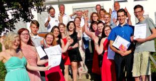 Feierlich, losgelöst und freigesprochen: Die Bäcker und die Fachverkäuferin im Nahrungsmittelhandwerk feiern ihren Berufsabschluss. Foto: Kreishandwerkerschaft Schwalm-Eder