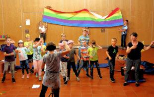Der Regenbogen strahlt zum Ende des Musicals »Arche Noah«, das die Teilnehmenden der Hephata-Ferienspiele vor ihren Familien aufführten. Foto: Hephata