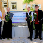 Eine weiße Rose für die Absolventen: Die Abgänger der Ludwig-Braun-Schule nach der Zeugnisübergabe. Foto: Hephata