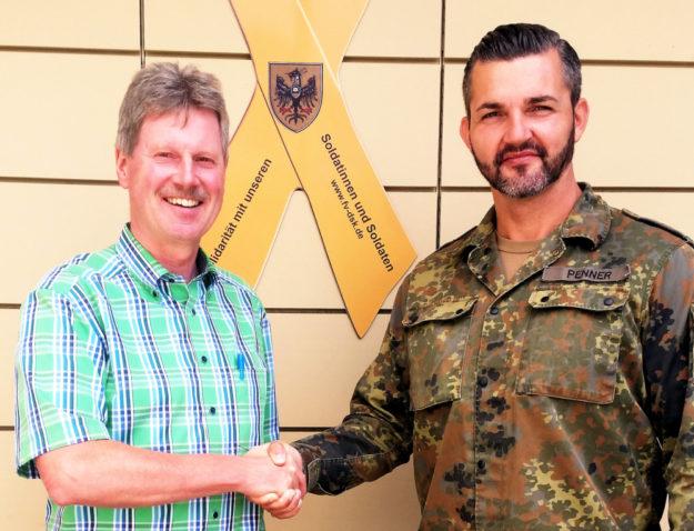 Hauptmann Penner und Bürgermeister Olbrich neben der Solidaritätsschleife am Rathaus Neukirchen im Rahmen eines bilateralen Gespräches im Sommer 2019. Foto: nh