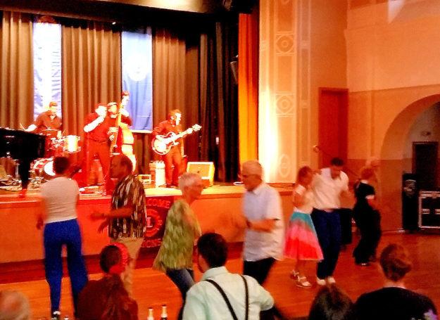 Bei Boogie, Blues und Rock'n'Roll ließen einige Gäste das Tanzbein schwingen. Foto: Gert Wenderoth