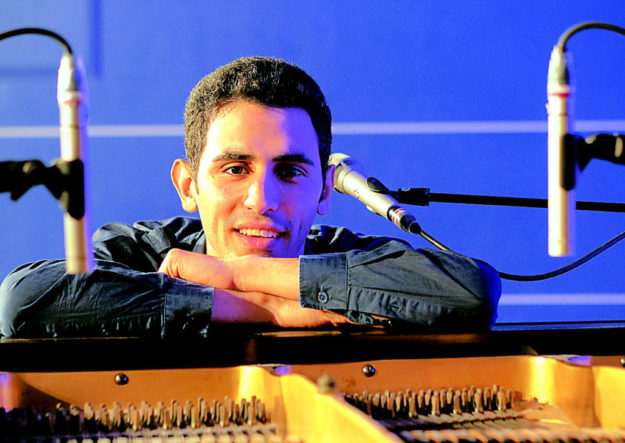 Zum Fest der Begegnung spielt der palästinensisch-syrische Pianist Aeham Ahmad an der Totenkirche. Foto: ©Armin Ziegler