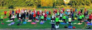 2018 bot Kerstin Fröhlich ein Sommeryoga im Weinbergstadion in Gudensberg an. Am 11. Juli gibt es das Training im Naturbad Terrano. Foto: nh