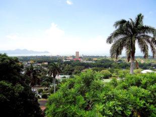 Nicaraguas Hauptstadt Managua. Als höchstes Gebäude der Metropole sticht die Bank of America/Antiguo Banco de América hervor. Rechts dahinter sind die Schemen der Kathedrale Santiago de Managua zu erahnen. Foto: Cuixin Arguello | Pixabay