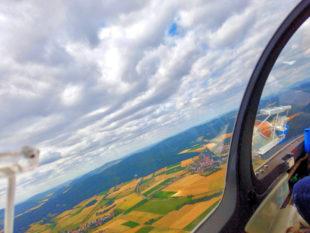 Von oben aus werden zwar Felder, Häuser und Wege kleiner. Aber Aussicht und Freiheit werden riesengroß. Foto: Pudenz