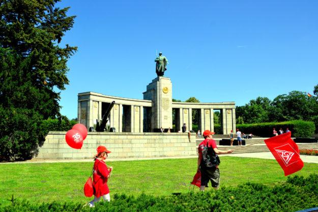 Das Sowjetische Ehrendenkmal an der Straße des 17. Juni im Bezirk Tiergarten erinnert an die in der Schlacht um Berlin gefallenen 80.000 sowjetischen Soldaten. Foto: ©Gerald Schmidtkunz