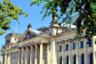 Der Berliner Reichstag aus Richtung Brandenburger Tor kommend. Foto: Gerald Schmidtkunz