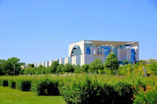 Blick über den Platz der Republik auf das Bundeskanzleramt. Foto: Gerald Schmidtkunz