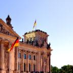 Symbole der deutschen Demokratie: Reichstag und »Fahne der Einheit« (re.). Foto: Schmidtkunz