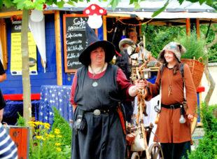 Das Wildkräuterweib und die Räucherhexe kommen auch aufs Märchenfest. Foto: Sander