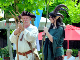 So märchenhaft das Fest, so zauberhaft sind die Gäste. Gewandung ist zwar kein Muss, sieht aber schick aus. Foto: Pit Faupel