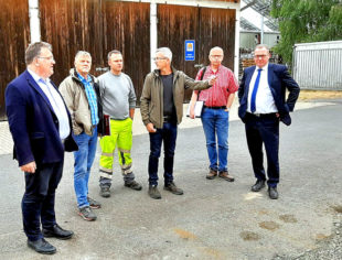 Europastaatssekretär Mark Weinmeister (li.) übergibt die Förderzusage aus dem Kommunalinvestitionsprogramm an die Stadt Gudensberg. Foto: nh