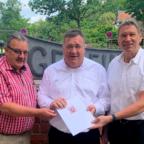 Das beigefügte Bild zeigt (v.li.) den Ersten Beigeordneten Bernd Hohlbein, Staatssekretär Mark Weinmeister und Bürgermeister Edgar Slawik. Foto: Hessische Staatskanzlei