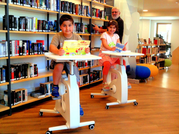 Yamel El Kaual (8), Maram El Kaual (9) und Betreuer Frank Eberlein (v.li.) mit Schattenriss »Bella Bücherwurm«. Foto: nh