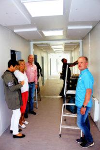 Carmen Linsing, Leiterin der städtischen Kindertageseinrichtungen, besichtigt mit Verwaltungsmitarbeiterin Claudia Linke, Fachbereichsleiter Sascha Ryffel und Projektverantwortlichem Klaus Arlt (v.li.) die Räume, die gerade eingerichtet werden. Foto: nh