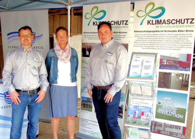 Die Mitarbeiter der Kreisverwaltung Tobias Rimpau, Marianne Labonte und Sascha-Kai Harle (v.li.) am Infostand zum Klimaschutz. Foto: nh