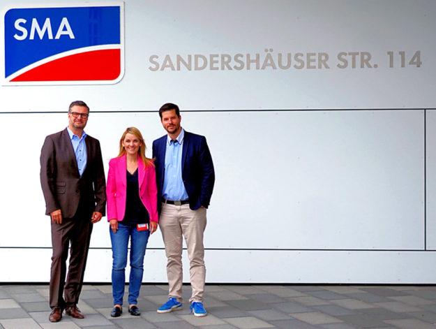 Die Landtagsabgeordnete Wiebke Knell und der Kasseler FDP-Vorsitzende Matthias Nölke (re.) besichtigten die SMA Solar Technology AG, die ihnen der Executive Vice President Alexander Naujoks vorstellte. Foto: FDP