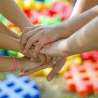 Durch Programme für Bildung und Teilhabe fördert der Schwalm-Eder-Kreis die Gemeinschaft aller sozialen Schichten. Foto: Michal Jarmoluk | Pixabay