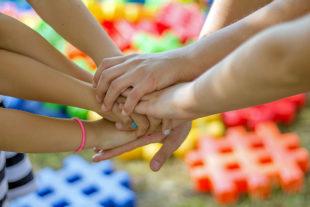 Durch Programme für Bildung und Teilhabe fördert der Schwalm-Eder-Kreis die Gemeinschaft aller sozialen Schichten. Foto: Michal Jarmoluk   Pixabay