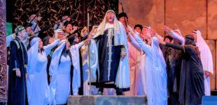 Szenenbild mit dem Festspielchor Prag und Jurij Kruglov als Zaccharias. Foto: T. Weber   nh