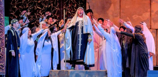 Szenenbild mit dem Festspielchor Prag und Jurij Kruglov als Zaccharias. Foto: T. Weber | nh