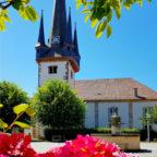 Der Zentrale Platz an der Oberaulaer Kirche wird am Sommermarkttag wieder zentraler Anlaufpunkt für Gäste aus nah und fern. Foto: Rotkäppchenland