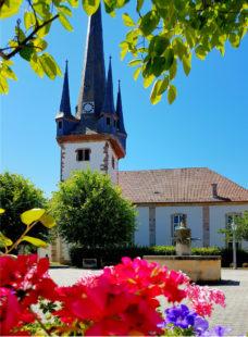 Der Platz an der Oberaulaer Kirche wird am Sommermarkttag wieder Anlaufpunkt für Gäste aus nah und fern. Foto: Rotkäppchenland