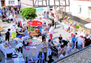 Mit über 70 Ständen bietet der Melsunger Flohmarkt reichlich Gelegenheiten zur Entdeckung verborgener Schätze. Foto: Kultur- & Tourist-Information