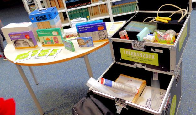 So sieht die Toleranzbox aus. Insgesamt vier davon werden für die Schulsozialarbeit im Schwalm-Eder-Kreis zur Verfügung stehen. Foto: nh