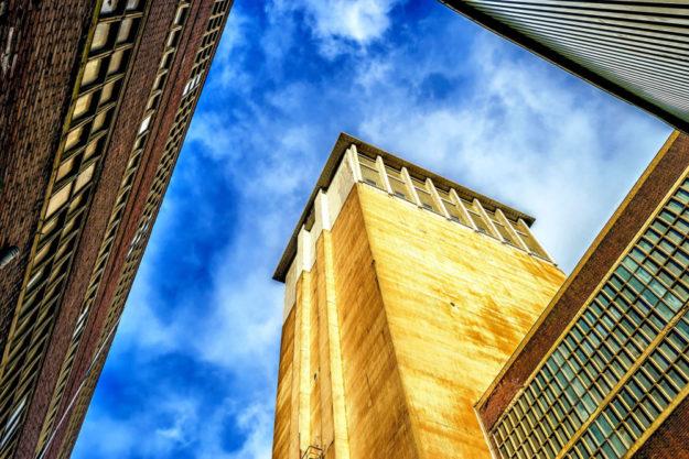 Die Architektur als Beispiel: Wirtschaft und Kreativität treffen etwa beim Bau von Industrieanlagen aufeinander. Das Foto davon kann – als Medien-Produkt – selbst wieder Teil der Kreativwirtschaft sein. Foto: Peter H. | Pixabay