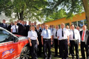 Landrat Winfried Becker im Kreise der Geehrten mit den jeweiligen Bürgermeistern sowie den Gemeinde- und den Stadtbrandinspektoren. Foto: nh