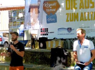 """Pascal Bewernick (Anorak 21) und Tom Werner (""""Gewalt geht nicht!"""") begrüßen die Schulklassen. Foto: nh"""