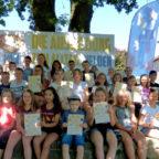 Vertreterinnen und Vertreter der 5. Schulklassen im Schwalm-Eder-Kreis, die mit dem Respekt- und Toleranzpass zu Alltagshelden ausgebildet wurden. Foto: nh