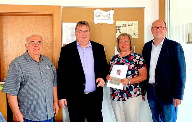 Von links: Gemeindevertreter Werner Knierim, Staatssekretär Mark Weinmeister, Landfrauen-Chefin Gabriele Pflüger und Bürgermeister Jürgen Roth. Foto: Hessische Staatskanzlei