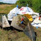 Für die illegale Entsorgung der Minigolfanlage muss ein Lkw mit Ladekran eingesetzt worden sein. Foto: Polizei