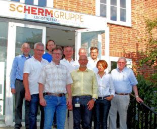 Swen Oesterheld (Mitte) führte die VDW-Mitglieder beim Unternehmertreff durch Europas größtes Sauerkrautlager. Foto: nh