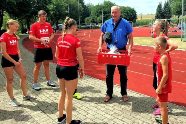 Ihren Trainer, Alwin J. Wagner, überraschten die jungen Sportlerinnen und Sportler mit einem Geburtstagsgeschenk – und mit klasse athletischen Leistungen. Foto: nh