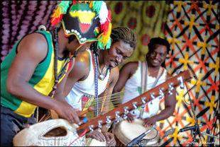 Gemeinsam tanzen, singen und klatschen können die Besucher des internationalen Konzerts im Stadtpark am 10. August mit Domou Afrika. Foto: Stefan Schmitt