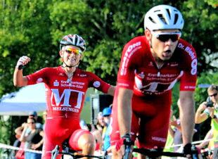 Eine Zieldurchfahrt – zwei MT-Sieger. Das gab es noch nie: Max Feger und Philipp Sohn. Foto: Kristinas Radsportfotos
