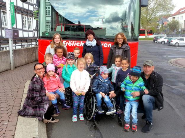 Die Kinder der KiTa Osterbach lernten einige Berufe (hier den des Busfahrers) kennen. Foto: KiTa Osterbach