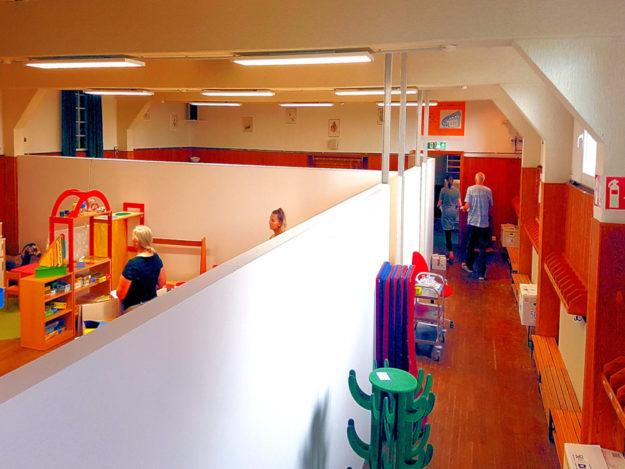 Mit Trennwänden, bunter Farbe, neuen Hölzern und frischem Mobiliar wurde aus dem alten Festsaal der neue Kindergarten »Gasthaus Stock«.