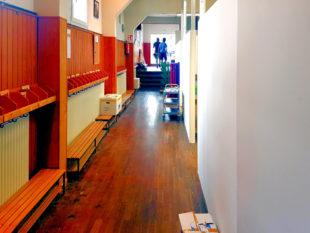 Eine geschickte Raumaufteilung, Bankreihen und Garderobenelemente ermöglichten die Interimslösung. Foto: nh