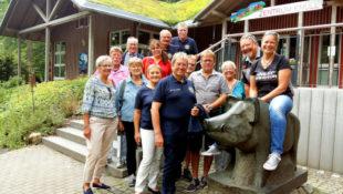 Eine lebendige Freundschaft pflegen die Lionsclubs Homberg und Mödling. Nun waren Manuela und Thomas Waldum während einer Motorrad-Tour in der Reformationsstadt zu Gast, wo sie den Wildpark Knüll besuchten und fürs Album spaßeshalber den Bike-Sattel mit einem Wildschweinrücken eintauschten. Foto: Wenderoth