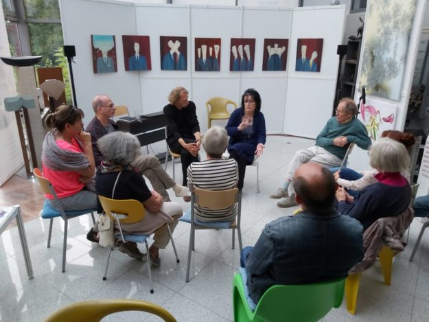 In einer offenen Runde stellte Künstlerin Any de Grab (6.v.li.) ihre Kunstform »Informismus« zur Diskussion. Foto: adg