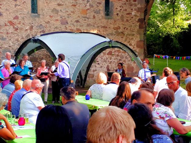 Das 10. Lichterfest der Dorfgemeinschaft Morschen-Neumorschen e.V. verbreitete gute Laune unter den vielen Gästen. Foto: nh